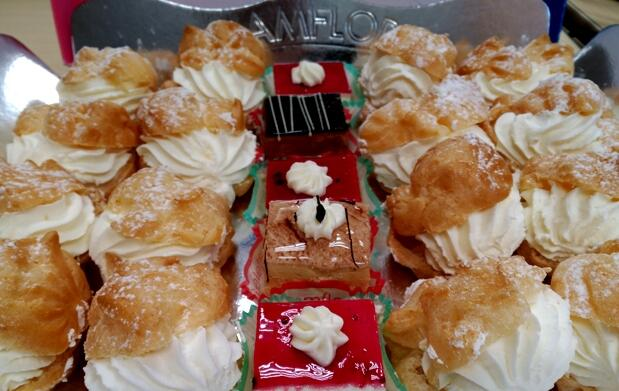 Bandeja de pasteles artesanos y tradicionales