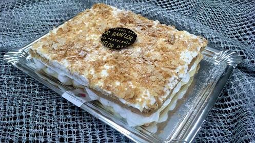 Tarta de hojaldre artesano de 6 raciones rellena de merengue y crema